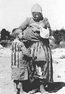 1.-γυναικα-προσφυγας-με-τα-παιδια-της