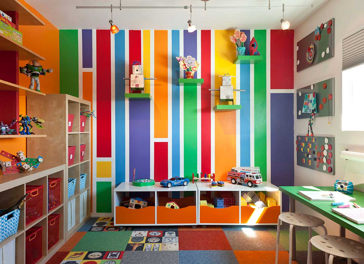 lovely-kids-room-decor-ideas-with-colorful-wall-decor-and-bookshelf