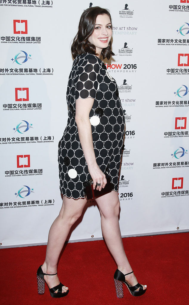 anne hathaway s baby bump makes its red carpet debut 811639